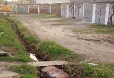 Konin. Miasto odwodni teren przy garażach na ul. Torowej