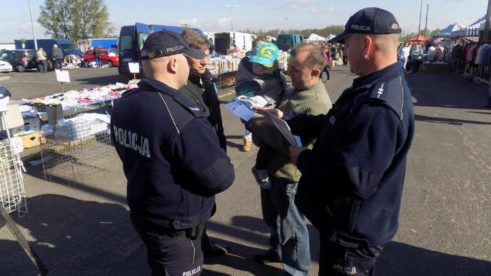Policjanci wspólnie z burmistrzem Sompolna rozdawali ulotki