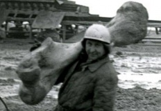 Górnik z historycznego zdjęcia z kością słonia leśnego poszukiwany!