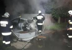 Nocna akcja strażaków. W Przyjmie spłonął samochód osobowy