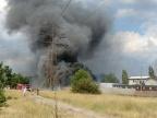 Czarny dym nad starym Koninem. Pożar traw i w składowisku opon