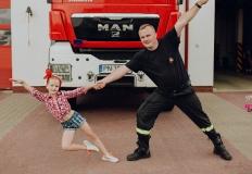 Wspólna sesja fotograficzna z okazji Dnia Ojca. Tancerka i strażak