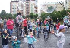 Konin. Festiwal Baniek Mydlanych przyciągnął całe rodziny
