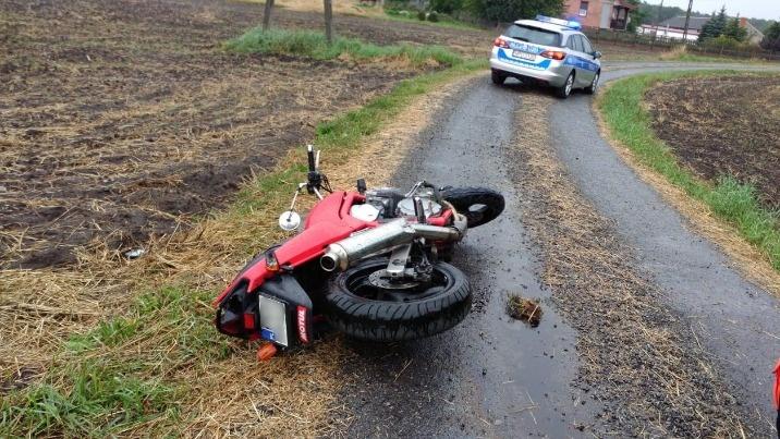 Motocyklista nie zatrzymał się do kontroli i uderzył w drzewo