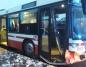 Autobus zderzył się z samochodem osobowym. Dwie osoby ranne