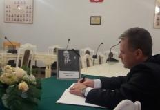 Księga kondolencyjna w ratuszu. Mieszkańcy Konina mogą pisać