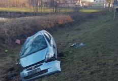 Wypadek w Bilczewie. Samochód zjechał do przydrożnego rowu