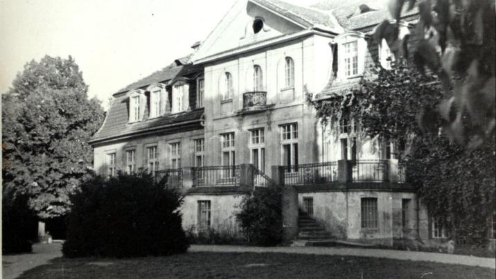 Zbudował pałac z dziesiątkami pokoi, własną kaplicą i biblioteką