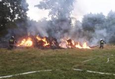 Pożar stogu słomy.  Ponad 7 godzin strażacy gasili pożar w Koninie