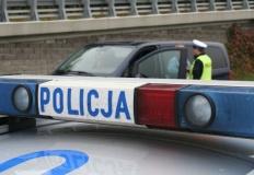 Policjanci eskortowali mężczyznę z uciętymi palcami do szpitala