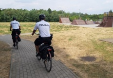 Konin. Patrole na rowerach docierają w trudno dostępne miejsca