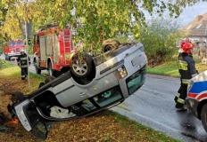 Niebezpieczne dachowanie volkswagena na drodze do Lichenia