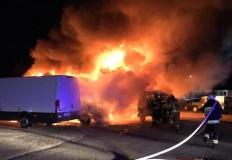 Nocny pożar w warsztacie samochodowym. Spłonęło pięć aut
