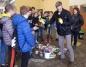 Edukują uczniów o segregacji śmieci. Burmistrz założył rękawice