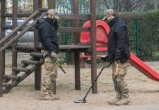 Policyjni technicy z wykrywaczami metalu przeczesywali plac zabaw