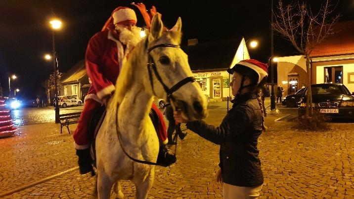 Ślesin. Powitanie na rynku. Święty Mikołaj przyjechał na koniu