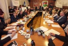 Remis w głosowaniu. Radni dali szansę szkole w Woli Podłężnej