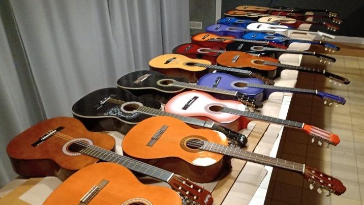 Jedyna gitarowa galeria. Ozdabianiem zajmują się artyści z Konina