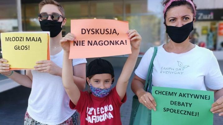"""Młodzi w Koninie: """"Politycy krzyczą. My protestujemy w ciszy"""""""