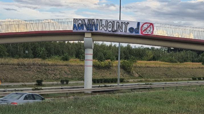 Konin. Kontrowersyjny transparent zawisł na Trasie Bursztynowej