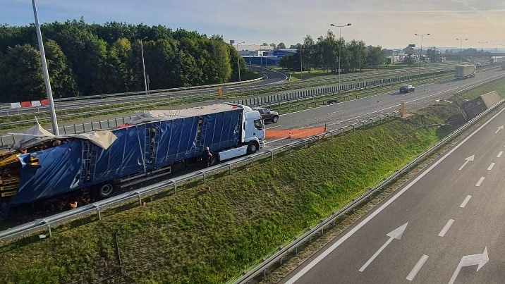 Wypadek przy zjeździe z autostrady. Zderzyły się dwie ciężarówki