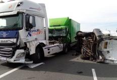 Na A2 zderzenie 3 ciężarówek, busa i 2 samochodów osobowych