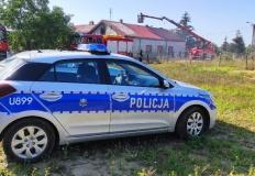 Bohaterski czyn policjantów. Wynieśli kobietę z płonącego domu