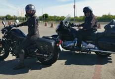Motocyklowe małżeństwo. Oddzielnie, choć razem ruszają w dal