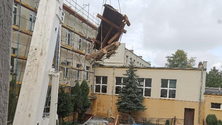 Konin. Plac budowy w I LO. Trwają prace przy wymianie dachu