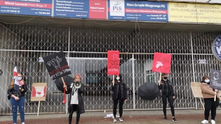 Przestać używać kobiet do celów politycznych! Protest przed siedzibą PiS. Radny odpowiada zdjęciem z wieszakiem
