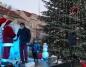 Na placu Wolności w Koninie świąteczna choinka w pełnej krasie