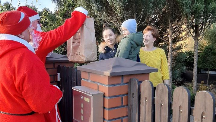 Pomocnicy św. Mikołaja rozwieźli paczki dzieciom w Kawnicach