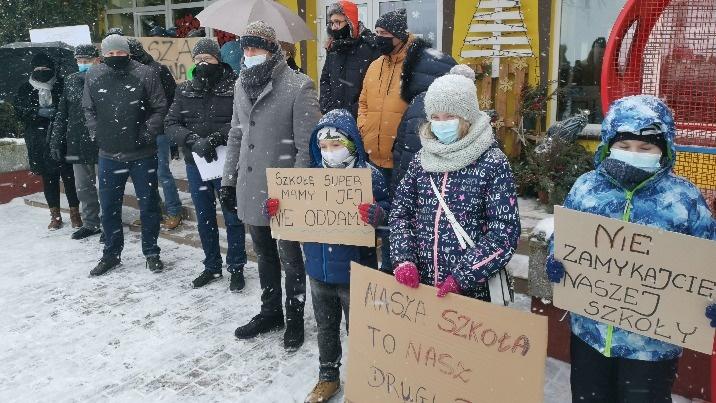 Co dalej ze szkołami? Trudne spotkania w Ostrowążu i Piotrkowicach
