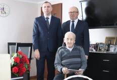 Rzgów. 100-latek z Kurowa odebrał życzenia od wójta gminy