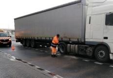 Autostrada A2. Wyciek paliwa z samochodu przewożącego deski