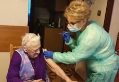 Zaszczepili 100-latkę, najstarszą mieszkankę gminy Rychwał