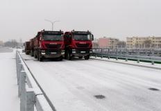 Sześć ciężarówek, ważących blisko 200 ton, przejechało wiaduktem