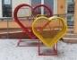 Golina. Metalowe serca na nakrętki stanęły przed biblioteką