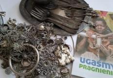 Zbierali zniszczone srebro i złoto na budowę studni w Czadzie