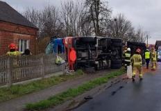 Jaroszewice Rychwalskie. Kierowca ciężarówki wypadł z drogi