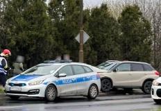 Na ul. Kleczewskiej korek. Samochód uderzył w przydrożny słup