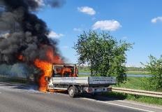 Konin. Na Warszawskiej pożar samochodu. Dym widoczny z daleka