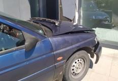 Kierowca forda uderzył w ścianę bloku na konińskiej starówce
