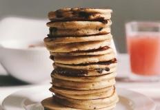 Naleśniki nie tylko na śniadanie – poznaj ciekawe przepisy na każdą okazję