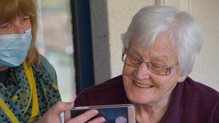 Na czym polega i dla kogo jest praca w opiece nad osobami starszymi?
