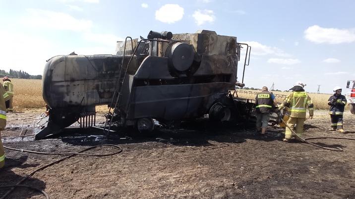 Pożar kombajnu na polu. Działania gaśnicze ponad dwie godziny