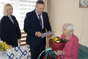 Koło. Z życzeniami i kwiatami burmistrz odwiedził dostojną Jubilatkę