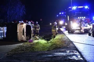 Wypadek w Węglewie. Samochód wypadł z drogi i koziołkował
