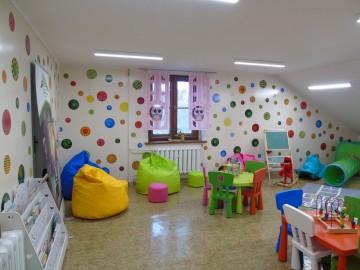 Kolorowa sala dla najmłodszych czytelników w kleczewskiej bibliotece