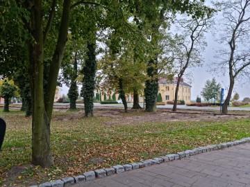 Kolejny etap rewitalizacji parku. Pięknieje otoczenie wokół pałacu